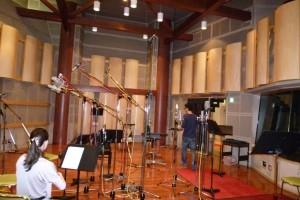 広いスタジオで、ブースもいくつもありました