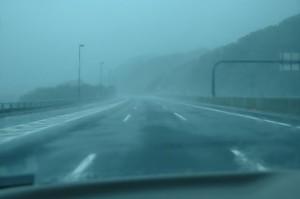 もの凄い豪雨と横風